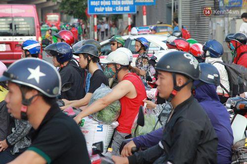Chùm ảnh: Người dân hối hả trở lại Thủ đô sau nghỉ lễ - Ảnh 13