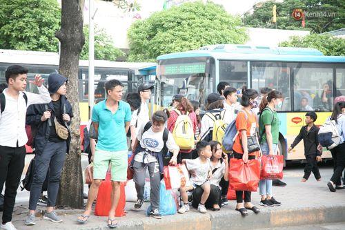 Chùm ảnh: Người dân hối hả trở lại Thủ đô sau nghỉ lễ - Ảnh 12