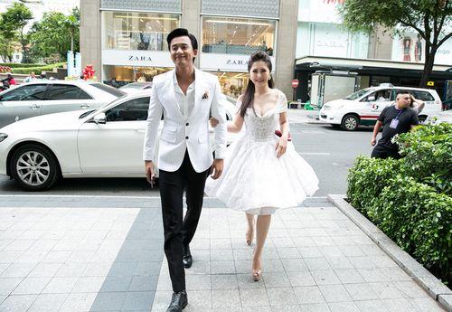 """Hương Tràm tình tứ nắm tay Mai Tài Phến ra mắt phim """"Em gái mưa"""" - Ảnh 1"""