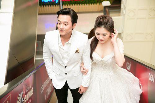 """Hương Tràm tình tứ nắm tay Mai Tài Phến ra mắt phim """"Em gái mưa"""" - Ảnh 2"""