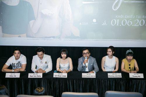 """Hương Tràm tình tứ nắm tay Mai Tài Phến ra mắt phim """"Em gái mưa"""" - Ảnh 5"""