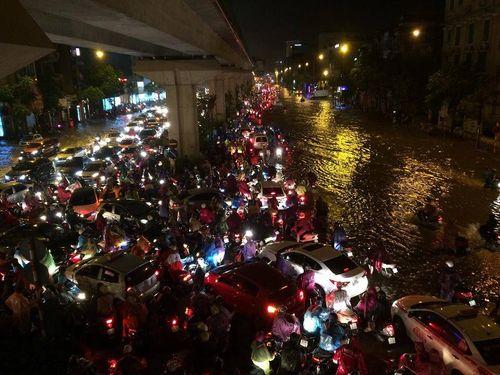 Đêm muộn, đường Hà Nội vẫn kẹt cứng vì mưa lớn - Ảnh 1