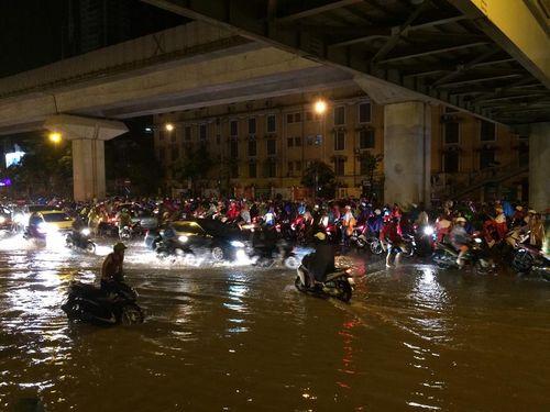 Đêm muộn, đường Hà Nội vẫn kẹt cứng vì mưa lớn - Ảnh 4