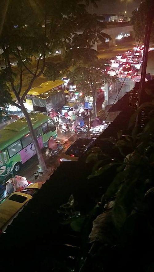 Đêm muộn, đường Hà Nội vẫn kẹt cứng vì mưa lớn - Ảnh 3