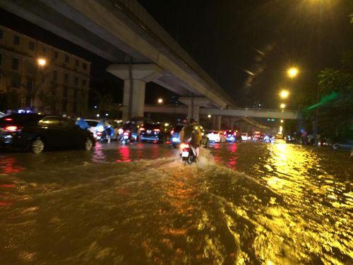 Đêm muộn, đường Hà Nội vẫn kẹt cứng vì mưa lớn - Ảnh 2