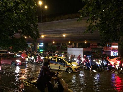 Đêm muộn, đường Hà Nội vẫn kẹt cứng vì mưa lớn - Ảnh 7