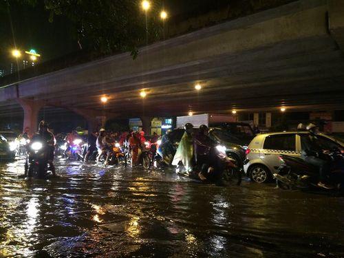 Đêm muộn, đường Hà Nội vẫn kẹt cứng vì mưa lớn - Ảnh 6