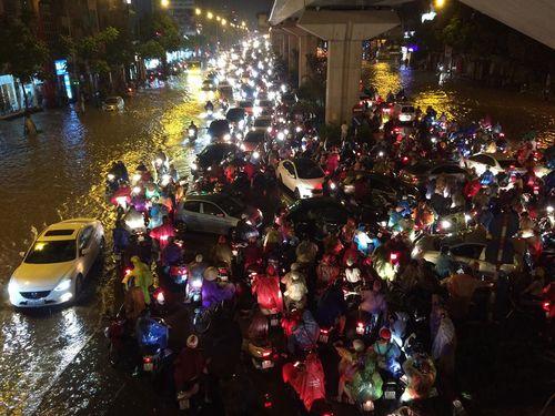 Đêm muộn, đường Hà Nội vẫn kẹt cứng vì mưa lớn - Ảnh 5