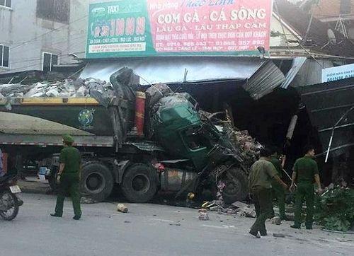 Nghệ An: Xe tải nát đầu vì đâm vào nhà dân lúc rạng sáng, nhiều người hoảng loạn bỏ chạy - Ảnh 1