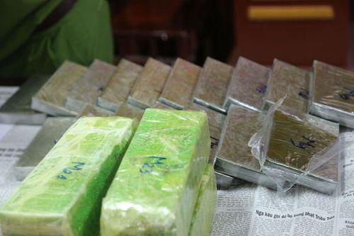 Nghệ An: Bắt giữ 2 đối tượng dùng xe bán tải vận chuyển 19 bánh heroin - Ảnh 1