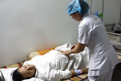 Chuyện ít biết về ca sinh tư tại HN: Sản phụ không thể nằm ngửa - Ảnh 1