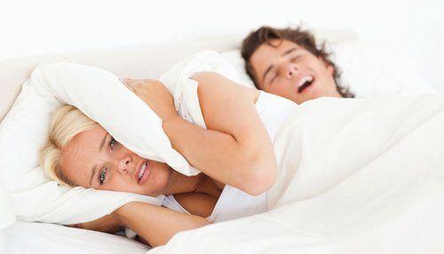 Cười nghiêng ngả với chiêu trị chồng ngủ ngáy của cô vợ 9X - Ảnh 1
