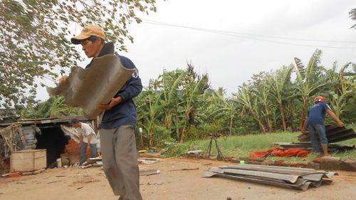 Chưa vào, bão số 11 đã đánh sập cây cối, nhà cửa - Ảnh 4