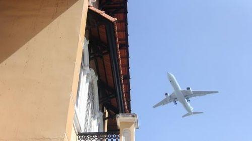 """TP.HCM: """"Nghi án"""" máy bay hạ cánh làm tốc ngói nhà dân - Ảnh 4"""