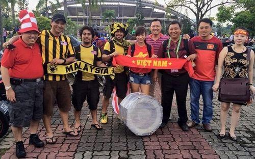 CĐV Malaysia được bảo vệ nghiêm ngặt tại Hà Nội - Ảnh 1