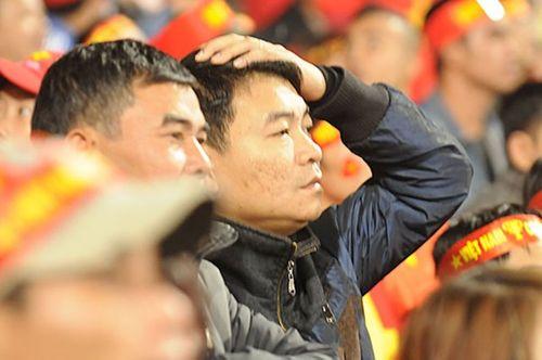 """ĐT Việt Nam thất bại, CĐV """"chết lặng"""" trên sân Mỹ Đình - Ảnh 8"""