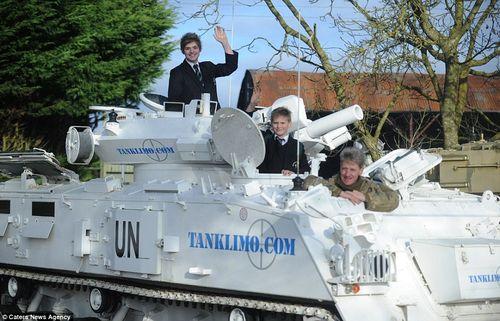 Bố lái xe tăng 17 tấn chở con đi học - Ảnh 1