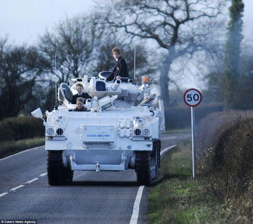 Bố lái xe tăng 17 tấn chở con đi học - Ảnh 2