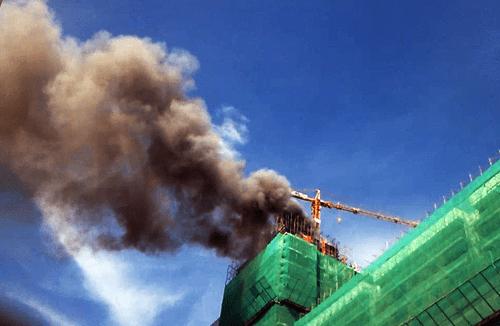 Cháy dữ dội tại tòa nhà 25 tầng đang xây, hàng chục công nhân tháo chạy - Ảnh 1