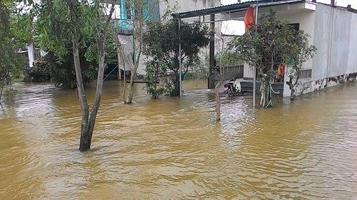 """Huế: Giao thông tê liệt, đường """"biến thành sông"""" vì mưa lũ - Ảnh 3"""