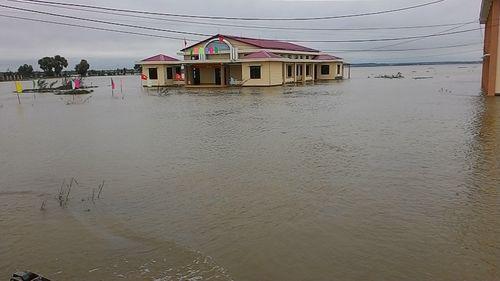 """Huế: Giao thông tê liệt, đường """"biến thành sông"""" vì mưa lũ - Ảnh 1"""
