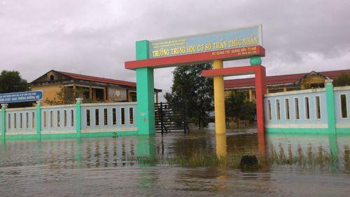 """Huế: Giao thông tê liệt, đường """"biến thành sông"""" vì mưa lũ - Ảnh 4"""