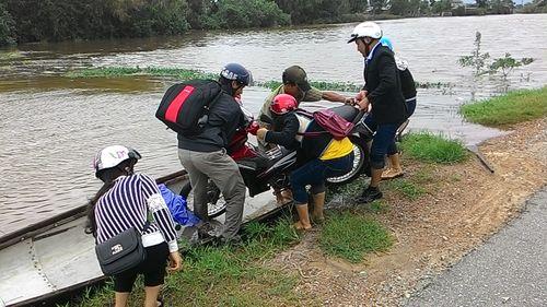 """Huế: Giao thông tê liệt, đường """"biến thành sông"""" vì mưa lũ - Ảnh 5"""