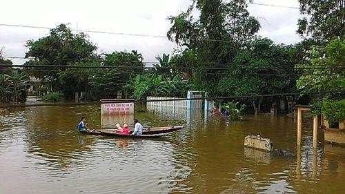 """Huế: Giao thông tê liệt, đường """"biến thành sông"""" vì mưa lũ - Ảnh 6"""