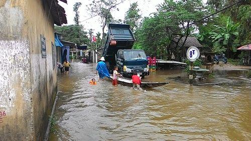 """Huế: Giao thông tê liệt, đường """"biến thành sông"""" vì mưa lũ - Ảnh 8"""