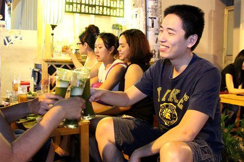 Đắt khách nhờ bán bia trà xanh 28.000 đồng/ly - Ảnh 2