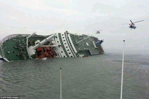 Khủng khiếp giây phút chìm tàu Hàn Quốc - Ảnh 1