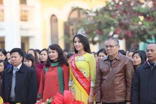 Hoa hậu Kỳ Duyên về thăm trường cũ ở Nam Định - Ảnh 3