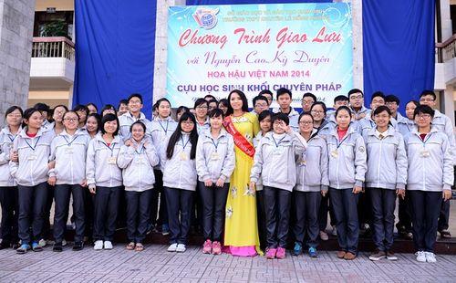 Hoa hậu Kỳ Duyên về thăm trường cũ ở Nam Định - Ảnh 1