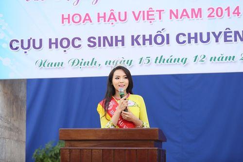 Hoa hậu Kỳ Duyên về thăm trường cũ ở Nam Định - Ảnh 2
