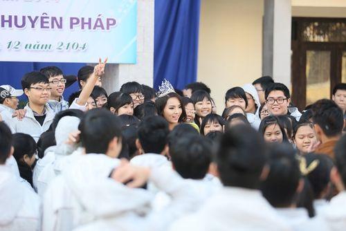 Hoa hậu Kỳ Duyên về thăm trường cũ ở Nam Định - Ảnh 7