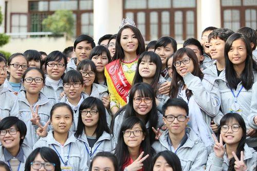 Hoa hậu Kỳ Duyên về thăm trường cũ ở Nam Định - Ảnh 6
