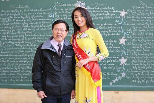 Hoa hậu Kỳ Duyên về thăm trường cũ ở Nam Định - Ảnh 10