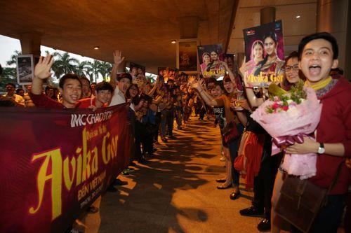 """Cô dâu 8 tuổi """"nghẹt thở"""" trong vòng vây fans Việt - Ảnh 4"""
