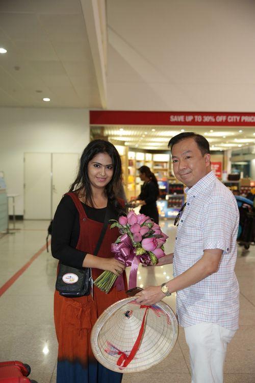 """Cô dâu 8 tuổi """"nghẹt thở"""" trong vòng vây fans Việt - Ảnh 1"""