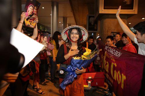 """Cô dâu 8 tuổi """"nghẹt thở"""" trong vòng vây fans Việt - Ảnh 5"""