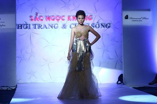 Thanh Hằng đeo trang sức 1,4 tỷ diễn thời trang - Ảnh 1