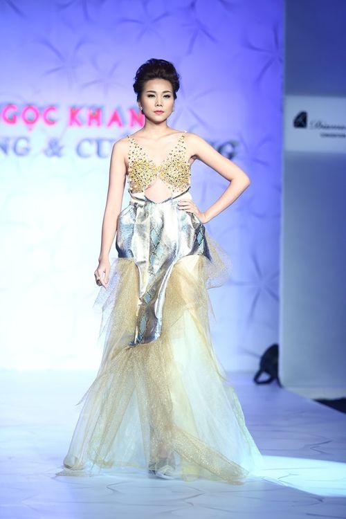 Thanh Hằng đeo trang sức 1,4 tỷ diễn thời trang - Ảnh 2