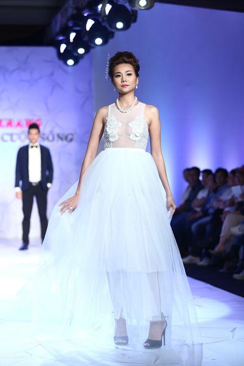 Thanh Hằng đeo trang sức 1,4 tỷ diễn thời trang - Ảnh 3