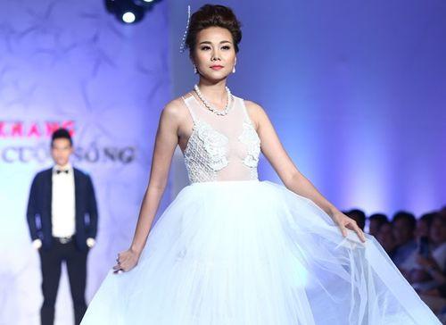 Thanh Hằng đeo trang sức 1,4 tỷ diễn thời trang - Ảnh 4