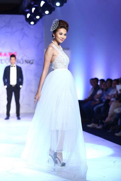 Thanh Hằng đeo trang sức 1,4 tỷ diễn thời trang - Ảnh 5