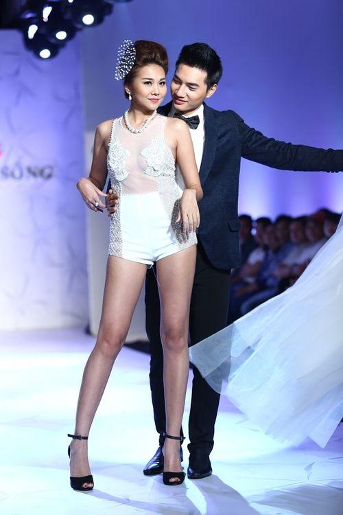 Thanh Hằng đeo trang sức 1,4 tỷ diễn thời trang - Ảnh 6