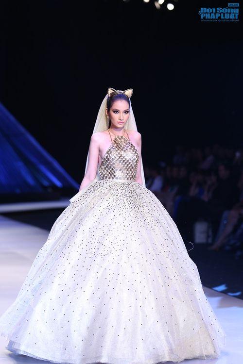 Trúc Diễm hóa miêu nữ xinh đẹp trên sàn catwalk - Ảnh 2
