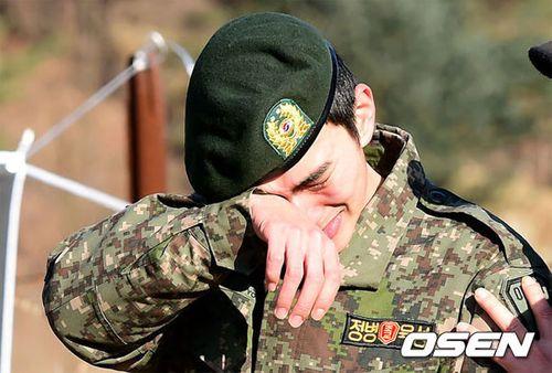 Yoo Seung Ho khóc nức nở ngày xuất ngũ - Ảnh 1