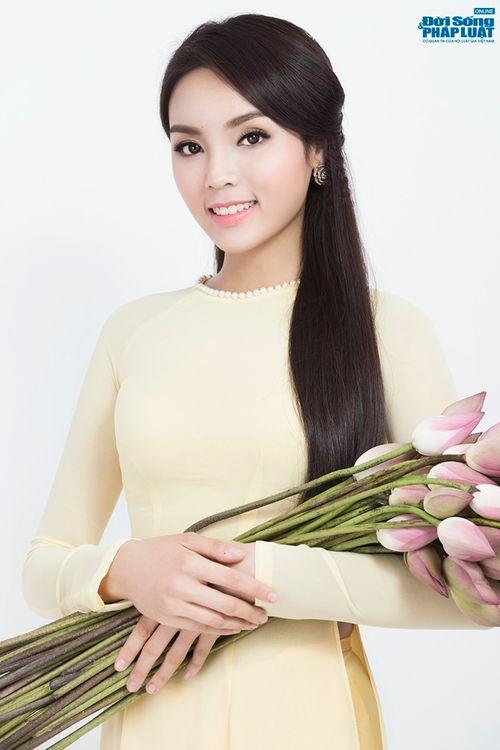 Hoa hậu Nguyễn Cao Kỳ Duyên diện áo dài e ấp bên hoa sen - Ảnh 8
