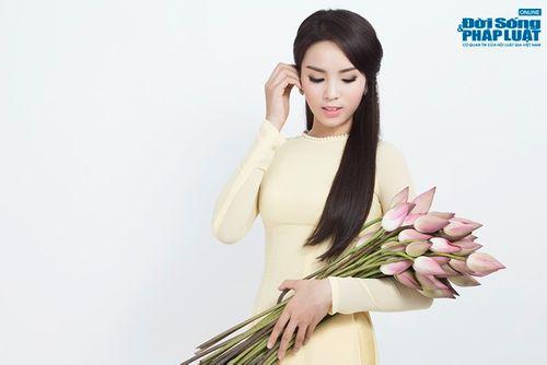 Hoa hậu Nguyễn Cao Kỳ Duyên diện áo dài e ấp bên hoa sen - Ảnh 7